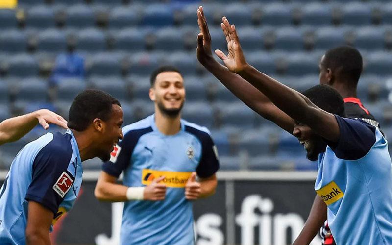Tiga pemain andalan Borussia Monchengladbach (dari kiri ke kanan) Alassane Plea, Ramy Bensebaini, dan Marcus Thuram (kanan). - Bundesliga.com