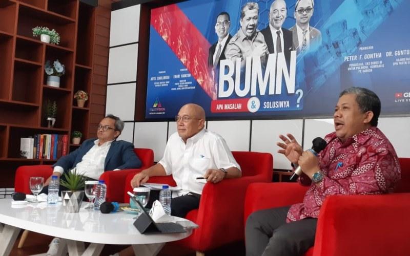 Wakil Ketua DPR Fahri Hamzah yang juga Wakil Ketua Umum Partai Gelora Indonesia (dari kanan) berbicara dalam diskusi bertajuk 'BUMN, Apa Masalah dan Solusinya?' di Gelora Media Center hari ini, Kamis (10/6/2021). Hadir juga Komisaris PT Garuda Indonesia Peter F Gontha (tengah), Guntur Prisanto - Bisnis.com/John Andhi Oktaveri