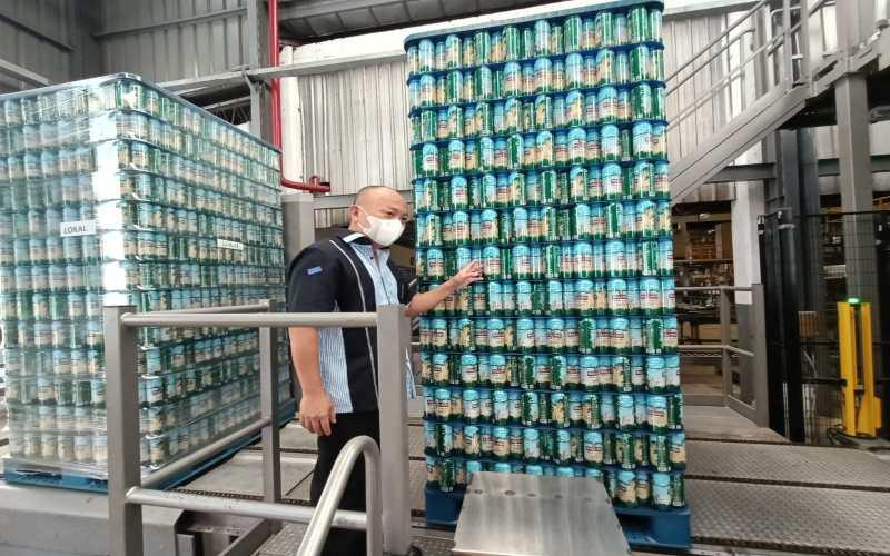 Ketua PHRI Sulawesi Utara Nicho Lieke mengecek produk bir terbaru yang diluncurkan PT Bali Hai Brewery Indonesia (BHBI). - Istimewa