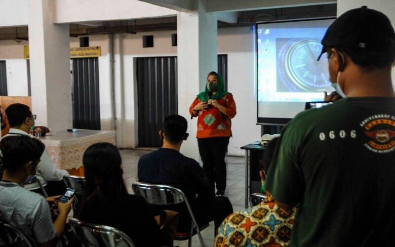 Wakil Wali Kota Semarang Hevearita Gunaryanti Rahayu saat sosialisasi QRIS di Pasar Barito. - Bisnis/Alif N.