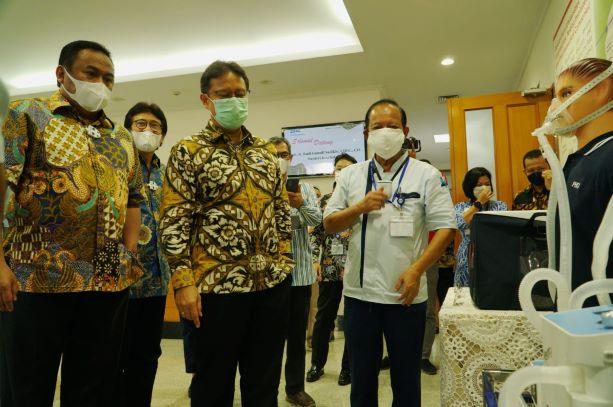 Menteri Kesehatan (Menkes) Budi Gunadi Sadikin (kedua kiri) bersama Wakil Ketua DPR Koordinator Industri dan Pembangunan Rachmat Gobel (kiri) tengah mendengar penjelasan dari DIrektur PT. PHC Indonesia Dewanto H. Sulaksono (kanan) tentang ventilator Vent-I, produk ventilator lokal bersertfikat internasional Continous Positive Airway Pressure (CPAC) Vent-I Essential 3.5 produksi PT PHC Indonesia, saat mengunjungi pabrik PHC Indonesia, di  Cikarang Barat, Bekasi, Kamis (10/6/2021) - dok. PHCI