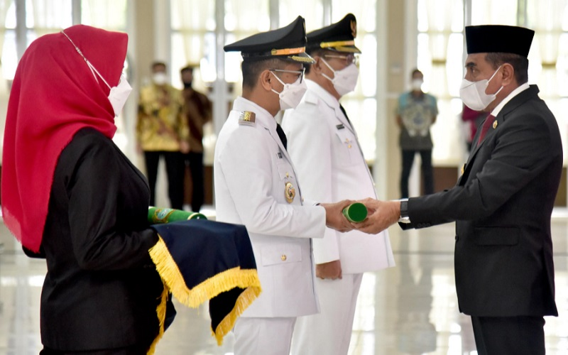 Gubernur Sumut Edy Rahmayadi (kanan) melantik Bupati dan Wakil Bupati Nias di Aula Tengku Rizal Nurdin, Rumah Dinas Gubernur Sumut Jalan Sudirman Medan, Kamis (10/6/2021).  - Istimewa