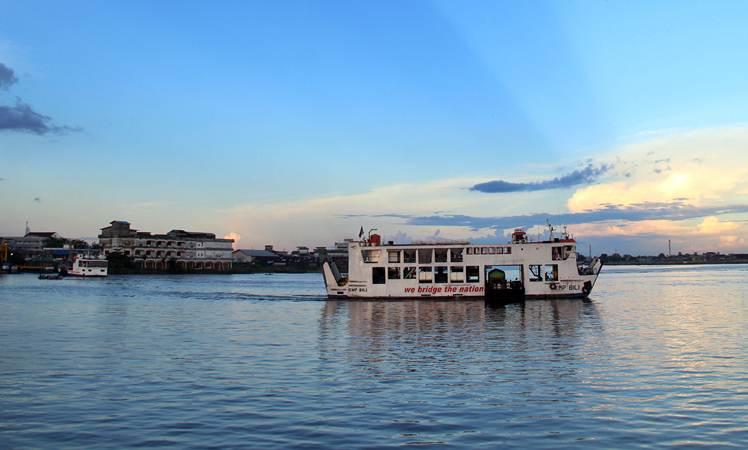 Sebuah Kapal Motor Penumpang (KMP) bermuatan kendaraan bermotor dan penumpang  - ANTARA/Jessica Helena Wuysang