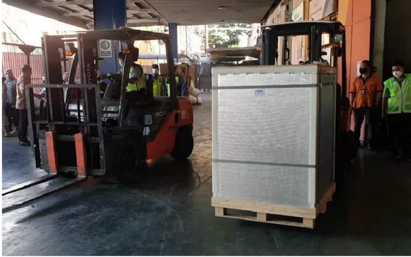 Kodam Jaya kawal kedatangan vaksin Covid-19 merek Sinopharm dari  China di Bandara Soekarno-Hatta menuju Gudang Kimia Farma Pulogadung, Jakarta, Sabtu (1/5/2021). - Antara\r\n