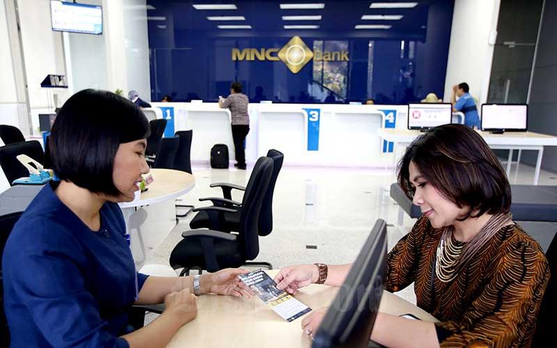 Karyawan melayani nasabah di salah satu cabang MNC Bank di Jakarta. Bisnis - Abdullah Azzam