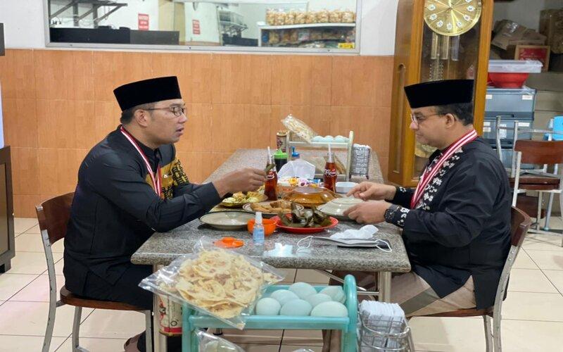 Gubernur Jawa Barat Ridwan Kamil dan Gubernur DKI Anies Baswedan sarapan kuliner khas Sumedang di rumah makan tahu Sumedang