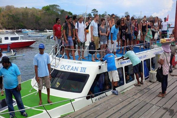 Wisman di atas kapal cepat yang berlabuh di Pelabuhan Padangbai, Bali, setelah datang dari Gili Trawangan, Lombok.  - Bisnis/Feri Kristianto
