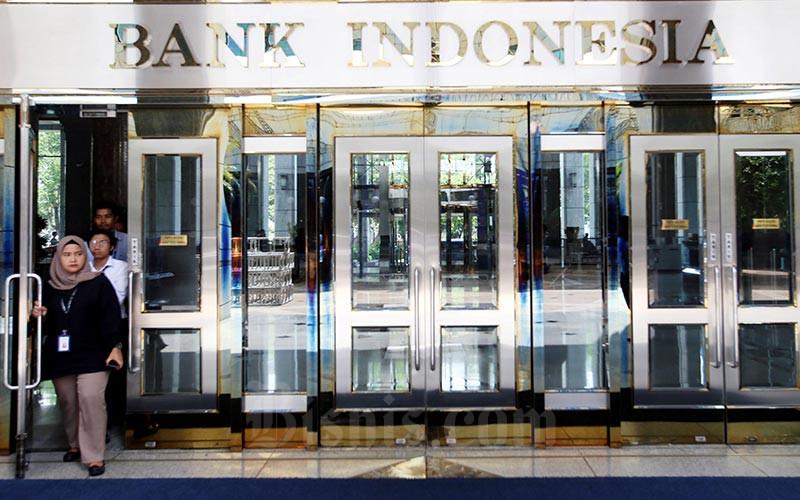 Bank Indonesia membuka lowongan kerja (loker) pada Juni 2021. Karyawan keluar dari pintu salah satu gedung Bank Indonesia di Jakarta, Senin, (20/1/2020).  Bisnis - Abdullah Azzam