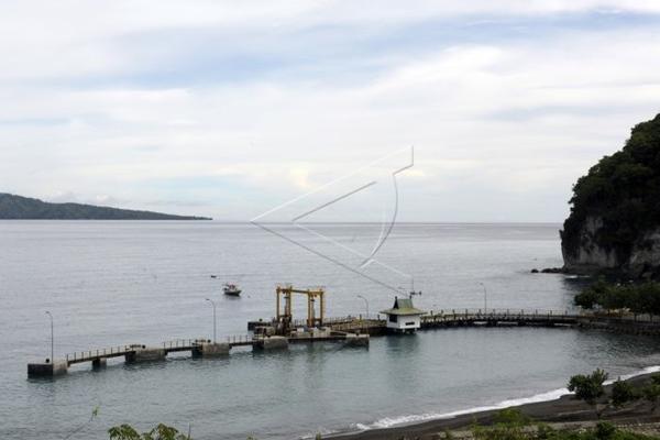 Ilustrasi - Sebuah perahu melintas di dekat dermaga Pelabuhan Nangakeo, Ende, NTT. - Bisnis/Antara