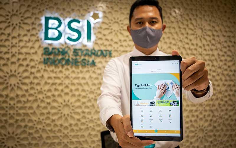 Pegawai menunjukan aplikasi Bank Syariah Indonesia (BSI) usai peresmiannya di Jakarta, Senin (1/2/2021). Presiden Joko Widodo meresmikan BSI yang menandai telah tuntas dan rampungnya proses merger tiga bank syariah milik Himbara yakni PT Bank BRIsyariah Tbk, PT Bank Syariah Mandiri dan PT Bank BNI Syariah. ANTARA FOTO - Dhemas Reviyanto