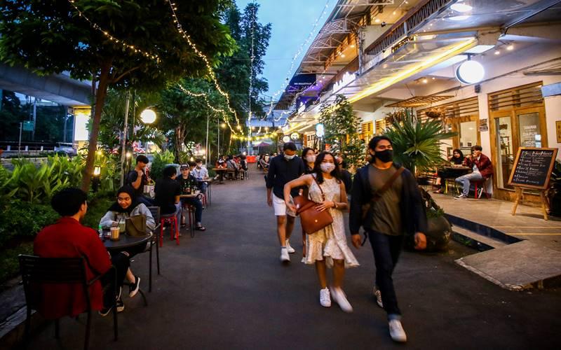 Pengunjung menikmati suasana di kawasan M Bloc Space, Blok M, Jakarta, Sabtu (19/12/2020). ANTARA FOTO - Rivan Awal Lingga