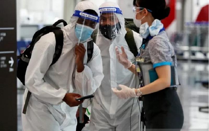 rnPenumpang memakai alat pelindung diri (APD) dikawal oleh pegawai perusahaan penerbangan di Bandara Internasional Narita, timur Tokyo, Jepang, Selasa (1/6/2021). - Antara\r\n\r\n\r\n