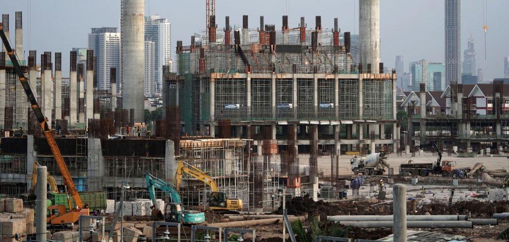 Alat berat bekerja dalam pembangunan apartemen di Jakarta saat pandemi Covid-19 menerjang. - Bloomberg / Dimas Ardian