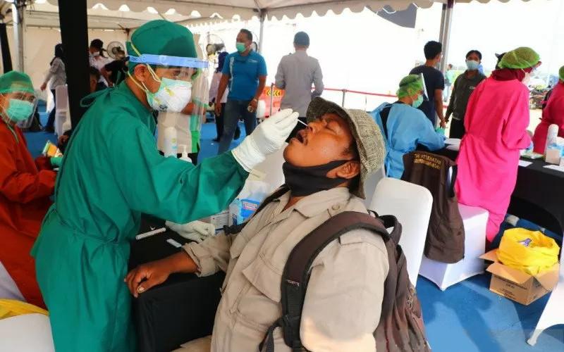 Petugas kesehatan melakukan tes cepat antigen kepada pekerja migran yang tiba di Kepulauan Riau, Selasa (18/5/2021). ANTARA - Kemenko PMK
