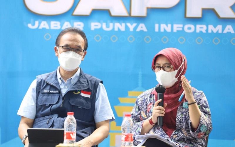 Ketua Harian Satgas Covid/19 Jawa Barat Daud Ahmad (kiri) bersama Plt Kepala Dinas Kesehatan Jabar Dewi Sartika