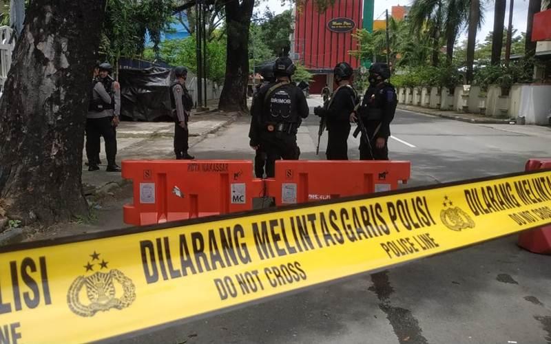 Polisi menutup akses sekitar Gereja Katedral Makassar setelah terjadi ledakan bom, Minggu (28/3/2021). - Bisnis/Paulus Tandi Bone
