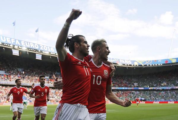Gareth Bale (kiri) dan Aaron Ramsey - Reuters