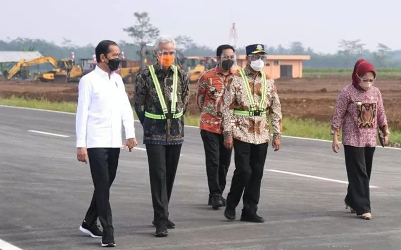 Menteri Perhubungan Budi Karya Sumadi (dua kanan) saat mendampingi Presiden Joko Widodo (kiri) saat meninjau Bandara Jenderal Besar Soedirman, Purbalingga, pada Jumat (11/6/2021).  - ANTARA/Biro Pers, Media, dan Informasi Sekretariat Presiden