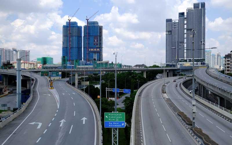 Suasana sepi di Sungai Besi Expressway di Kuala Lumpur, Malaysia, Selasa (1/6/2021). Malaysia meluncurkan paket US9,7miliar untuk membantu orang dan perusahaan saat lockdown nasional selama dua minggu yang dimulai hari ini. Bloomberg - Samsul Said