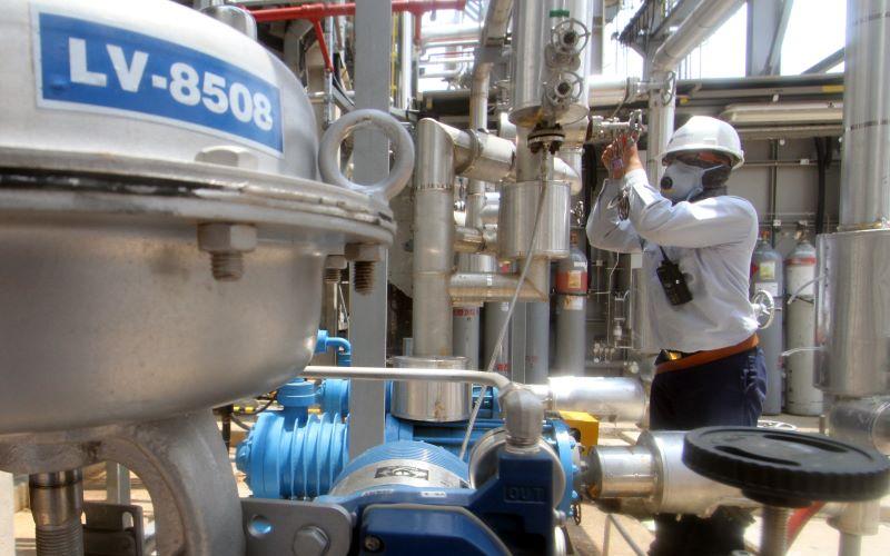 Pekerja mengoperasikan mesin di komplek pabrik PT Chandra Asri Petrochemical Tbk (TPIA), Cilegon, Banten. - Antara/Muhammad Iqbal