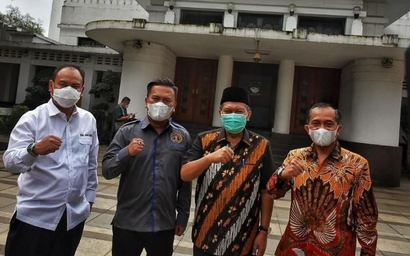 Ketua PWI Jawa Barat Hilman Hidayat (kiri) berfoto bersama Wali Kota Bandung Oded M Danial - Istimewa