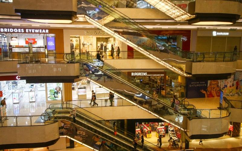 Suasana salah satu pusat perbelanjaan di Jakarta, Jumat (2/7/2021). Presiden Joko Widodo resmi menerapkan Pemberlakuan Pembatasan Kegiatan Masyarakat (PPKM) Darurat di Pulau Jawa dan Bali yang mengatur salah satunya dengan menutup sementara beberapa fasiltas masyarakat seperti pusat perbelanjaan atau mal mulai dari tanggal 3 sampai 20 Juli 2021. - ANTARA FOTO/Rivan Awal Lingga