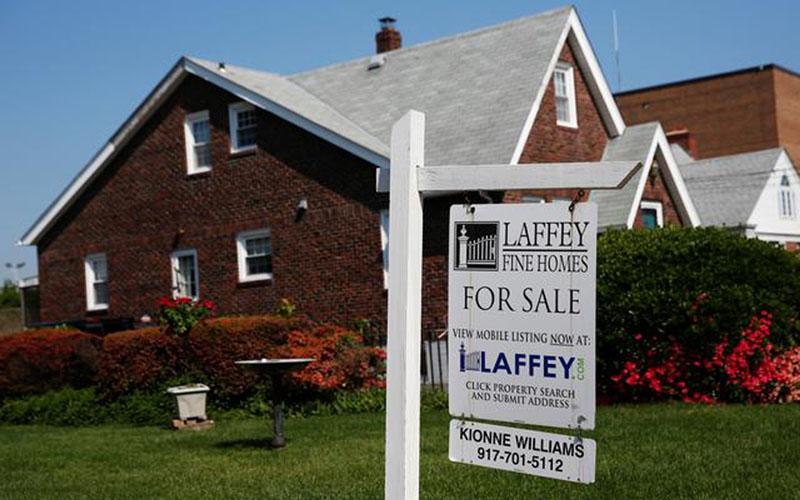 Sebuah rumah di Uniondale, New York, Amerika Serikat, ditandai untuk dijual, dalam foto file 23 Mei 2016. - Reuters