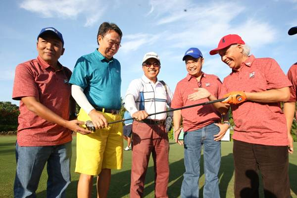 Ketua Umum Yayasan Sahid Jaya Nugroho B. Sukamdani (kanan) berbincang dengan Direktur Pemberitaan Bisnis Indonesia Arif Budisusilo (dari kiri), peserta Gunawan Geniusahardja, Ito Warsito, dan Group Editorial Network Harian Bisnis Indonesia Lahyanto Nadie disela-sela pembukaan Bisnis Indonesia Executive Golf Tournament 2017 yang di Rancamaya Golf, Bogor, Jawa Barat , Kamis (7/12). Turnamen yang diikuti 150 peserta ini diselenggarakan dalam rangka memperingati hari ulang tahun ke-32 Bisnis Indonesia. JIBI/Bisnis/Dedi Gunawan
