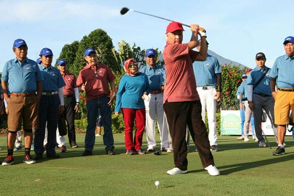Ketua Umum Yayasan Sahid Jaya Nugroho B. Sukamdani secara simbolis melakukan pemukulan bola pertama Bisnis Indonesia Executive Golf Tournament 2017 yang diselenggarakan di Rancamaya Golf, Bogor, Jawa Barat , Kamis (7/12). Turnamen yang diikuti 150 peserta ini diselenggarakan dalam rangka memperingati HUT ke-32 Bisnis Indonesia. JIBI/Bisnis/Dedi Gunawan
