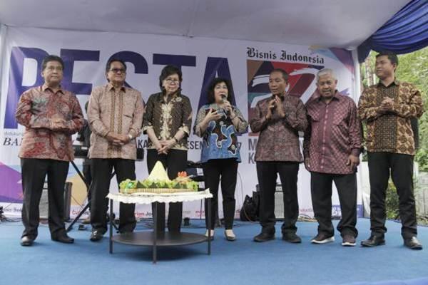 Presiden Direktur PT Jurnalindo Aksara Grafika (JAG) penerbit Bisnis Indonesia Lulu Terianto (tengah) menyampaikan sambutan didampingi Wakil Pemimpin Perusahaan Hariyadi B. Sukamdani (dari kiri), Pemimpin Perusahaan Soebronto Laras, Komisaris Dorothea Samola,Direktur Pemberitaan Arif Budisusilo, Wakil Pemimpin Umum Ahmad Djauhar, dan Pemimpin Redaksi Hery Trianto dalam perayaan HUT Ke-32 Bisnis Indonesia, di Jakarta, Kamis (14/12). Menyambut usianya yang ke-32 Bisnis Indonesia siap menghadapi tantangan untuk menjaga posisi sebagai pemimpin di captive market di tengah perkembangan teknologi.  JIBI/Bisnis/Felix Jody Kinarwan