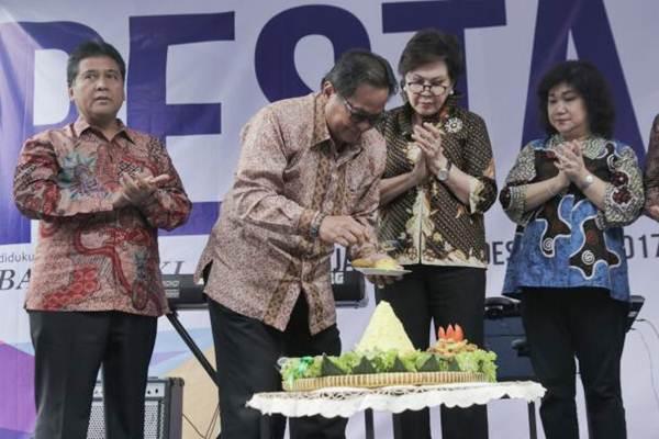 Pemimpin Perusahaan PT Jurnalindo Aksara Grafika (JAG) penerbit Bisnis Indonesia Soebronto Laras (kedua kiri) memotong tumpeng sebagai tanda syukur atas HUT Ke-32 Bisnis Indonesia, disaksikan oleh Wakil Pemimpin Perusahaan Hariyadi B. Sukamdani (dari kiri), Komisaris Dorothea Samola, dan Presiden Direktur Lulu Terianto, di Jakarta, Kamis (14.12). Menyambut usianya yang ke-32 Bisnis Indonesia siap menghadapi tantangan untuk menjaga posisi sebagai pemimpin di captive market di tengah perkembangan teknologi.  JIBI/Bisnis/Felix Jody Kinarwan