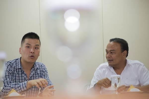 Head of Marketing Communications PT Navya Retail Indonesia Chris Andre (kiri) memberi paparan didampingi Wakil Pemimpin Redaksi Bisnis Indonesia Chamdan Purwoko saat berkujung ke dapur redaksi Bisnis Indonesia di Jakarta, Selasa (19/12). Sejak April 2017 hingga sekarang Navya retail telah berhasil membuka 41 gerai dengan target 50 gerai sampai akhir 2017. Beberapa merek partner distribusi Navya antara lain Vans, Addidas, Omega, dan BaiaBaia dipasarkan dengan strategi konsep gerai unik serta gerai ekslusif.  JIBI/Bisnis/Felix Jody Kinarwan