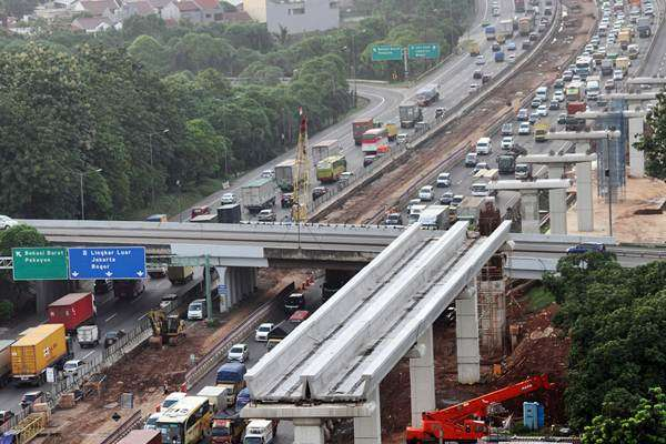 Kendaraan melintas di samping salah satu lokasi pengerjaan pembangunan infrastruktur di ruas jalan tol Jakarta-Cikampek, di Bekasi, Jawa Barat, Selasa (19/12). PT Jasa Marga akan menghentikan sementara pembangunan konstruksi Light Rail Transit (LRT) dan Tol layang Jakarta-Cikampek II elevated, sepanjang tol Jakarta-Cikampek mulai 22 Desember 2017 hingga 2 Januari 2018 guna mengurai kepadatan kendaraan pada arus mudik Hari Raya Natal dan Tahun Baru 2018. ANTARA FOTO/Risky Andrianto