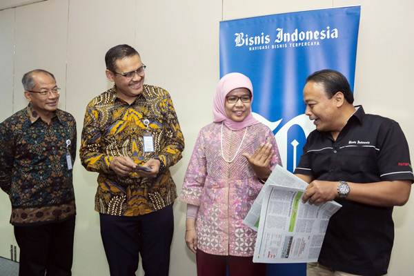 Direktur Utama PT Jasa Marga (Persero) Tbk Desi Arryani (kedua kanan) berbincang dengan Wakil Pemimpin Redaksi Bisnis Indonesia Chamdan Purwoko (dari kanan), didampingi Human Capital and General Affairs Jasa Marga, Kushartanto Koeswiranto, dan Corporate Secretary Mohamad Agus Setiawan di sela-sela kunjungan ke kantor Bisnis Indonesia, di Jakarta, Rabu (17/1). Sepanjang 2017 Jasa Marga mencatat penambahan jalan tol beroperasi sepanjang 88,9 Km dan konsesi ruas tol baru sepanjang 236,9 Km.   JIBI/Bisnis/Felix Jody Kinarwan
