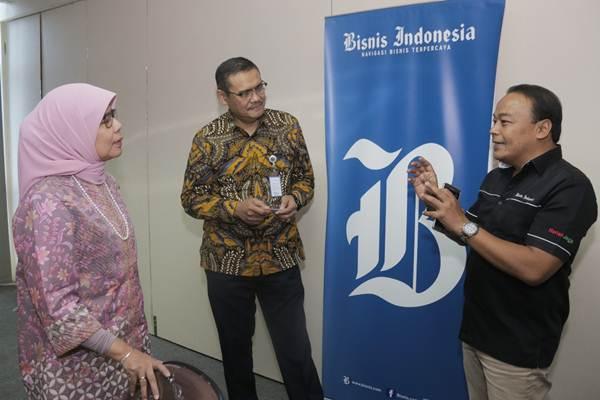 Direktur Utama PT Jasa Marga (Persero) Tbk Desi Arryani (dari kiri) didampingi Human Capital and General Affairs Kushartanto Koeswiranto berbincang dengan Wakil Pemimpin Redaksi Bisnis Indonesia Chamdan Purwoko di sela-sela kunjungan ke kantor Bisnis Indonesia, di Jakarta, Rabu (17/1). Sepanjang 2017 Jasa Marga mencatat penambahan jalan tol beroperasi sepanjang 88,9 Km dan konsesi ruas tol baru sepanjang 236,9 Km.   JIBI/Bisnis/Felix Jody Kinarwan