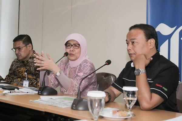 Direktur Utama PT Jasa Marga (Persero) Tbk Desi Arryani (tengah) memberi paparan didampingi Human Capital and General Affairs Kushartanto Koeswiranto (kiri) dan Wakil Pemimpin Redaksi Bisnis Indonesia Chamdan Purwoko saat berkunjung ke kantor Bisnis Indonesia, di Jakarta, Rabu (17/1). Sepanjang 2017 Jasa Marga mencatat penambahan jalan tol beroperasi sepanjang 88,9 Km dan konsesi ruas tol baru sepanjang 236,9 Km.   JIBI/Bisnis/Felix Jody Kinarwan