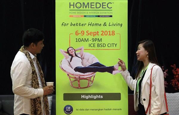 Regional Business Development Manager PT CIS Exhibition Linda Leoni (kiri) berbincang dengan Ketua Himpunan Desainer Interior Indonesia (HDII) Jakarta Chairul Amal Septono, di sela-sela konferensi pers Homedec di Jakarta, Selasa (6/3). Setelah sukses mendatangkan lebih dari 22.000 pengunjung pada tahun lalu, pameran desain interior, dan industri rumah tangga, Homedec, kembali akan digelar 6-9 September 2018 mendatang. JIBI/Bisnis/Dwi Prasetya