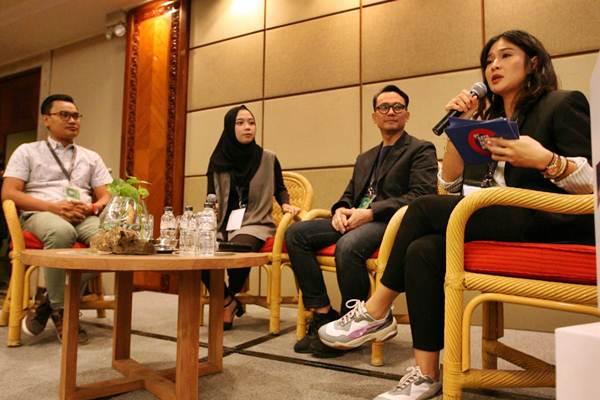 Publik Figur Dian Sastrowardoyo (kanan) bersama pembicara Head of Corporate Communications PT Astra International Tbk sekaligus Juri SATU Indonesia Awards 2018 Boy Kelana Soebroto (kedua kanan), penerima SATU Indonesia Awards 2014 Irwan Bajang (kiri), dan penerima SATU Indonesia Awards 2010 Amilia Agustin memandu bincang-bincang inspirasi di IdeaTalks 9th SATU Indonesia Awards 2018, di Jakarta, Jumat (26/10). Melalui acara ini Astra ingin menjangkau lebih banyak anak muda untuk turut berkolaborasi bersama dalam membangun Indonesia. JIBI/Bisnis/Dedi Gunawan