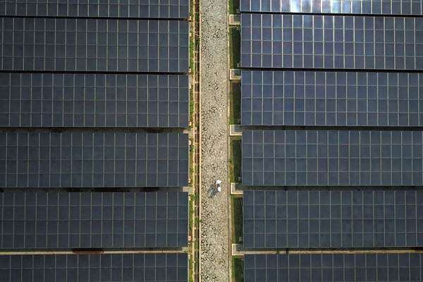 Foto udara panel surya di Pembangkit Listrik Tenaga Surya (PLTS) Cirata di Kabupaten Purwakarta, Jawa Barat, Rabu (21/11/2018). PT Pembangkitan Jawa Bali (PJB) menargetkan PLTS terapung di Cirata, Jawa Barat berkapasitas 200 megawatt (MW) dan bakal menjadi yang terbesar di dunia ini akan beroperasi bertahap mulai kuartal I 2019. ANTARA FOTO/Raisan Al Farisi