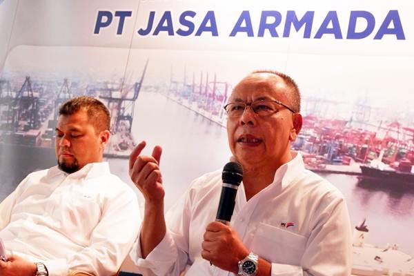 Dirut PT Jasa Armada Indonesia Tbk (IPC Marine) Dawam Atmosudiro (kanan) didampingi Direktur Keuangan dan SDM Herman Susilo memberikan penjelasan saat paparan publik, di Jakarta, Kamis (13/12). Laba bersih IPCM sampai akhir triwulan III 2018 naik 20% di level Rp90,99 miliar dibandingkan pada periode yang sama tahun lalu sebesar Rp76,17 miliar. JIBI/Bisnis/Nurul Hidayat