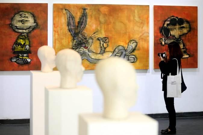 """Pengunjung mengabadikan karya seni rupa kontemporer pada pameran bertajuk """"BaCAA ASSEMBLAGE: A recollection of BaCAA prior finalist from 2010 - 2017"""" di Lawangwangi Creative Space, Bandung, Jawa Barat, Jumat (22/2). Pameran itu menampilkan 26 karya seni rupa kontemporer terbaru dari para seniman alumni finalis Bandung Contemporary Art Award (BaCAA) dari 2010 - 2017. BaCAA merupakan penghargaan seni yang bertujuan merangsang perkembangan seni rupa kontemporer di Indonesia dan berupaya meningkatkan partisipasi para peraih penghargaan seni ini dalam kancah seni rupa internasional. Bisnis/Rachman"""