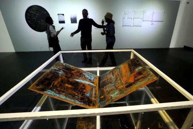 "Pengunjung mengamati karya seni rupa kontemporer pada pameran bertajuk ""BaCAA ASSEMBLAGE: A recollection of BaCAA prior finalist from 2010 - 2017"" di Lawangwangi Creative Space, Bandung, Jawa Barat, Jumat (22/2). Pameran itu menampilkan 26 karya seni rupa kontemporer terbaru dari para seniman alumni finalis Bandung Contemporary Art Award (BaCAA) dari 2010 - 2017. BaCAA merupakan penghargaan seni yang bertujuan merangsang perkembangan seni rupa kontemporer di Indonesia dan berupaya meningkatkan partisipasi para peraih penghargaan seni ini dalam kancah seni rupa internasional. Bisnis/Rachman"