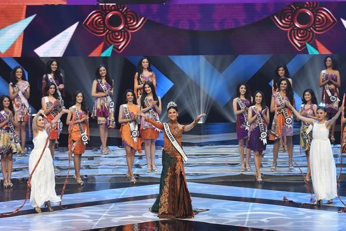 Miss Universe 2018 Catriona Gray (tengah) menghadiri malam final pemilihan Puteri Indonesia 2019 di Jakarta Convention Center, Jakarta, Jum'at (8/3/2019). Kontes pemilihan Puteri Indonesia ke-23 itu diikuti 39 finalis dari perwakilan provinsi di Indonesia. ANTARA FOTO/Indrianto Eko Suwarso