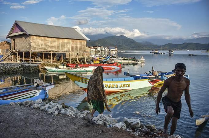 Warga beraktivitas di pinggiran Pulau Bungin, Kecamatan Alas, Sumbawa Besar, Kabupaten Sumbawa, NTB, Selasa (9/4/2019). Pulau Bungin seluas 8,5 hektare tersebut merupakan salah satu pulau terpadat di dunia yang sebagian besar dihuni oleh Suku Bajo. Rumah-rumah di pulau tersebut dibangun di atas gundukan pasir dan karang yang saling berdempetan dan nyaris tidak ada ruang yang tersisa. ANTARA FOTO/Ahmad Subaidi