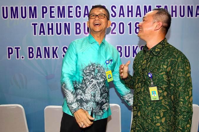 Direktur Utama PT Bank Syariah Bukopin (Bukopin Syariah) Jeffry Zhufran Carolus Nelwan (kanan) berbincang dengan mantan Dirut Saidi Mulia Lubis, usai Rapat Umum Pemegang Saham Tahunan dan Luar Biasa di Jakarta, Selasa (25/6/2019). Dalam rapat tersebut menyetujui pergantian direksi seperti mengangkat Jeffry Zhufran Carolus Nelwan menjadi Direktur Utama menggantikan Saidi Mulia Lubis. Bisnis/Abdullah Azzam