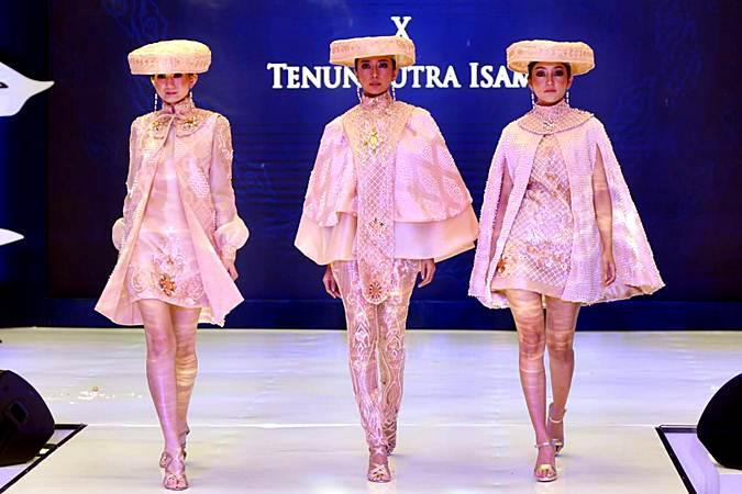 Model memperagakan koleksi kain tenun, batik dan bordir khas Jawa Barat karya para perancang Jabar saat Fashion Show Busana Kontemporer pada pembukaan acara Karya Kreatif Jawa Barat 2019, di Bandung, Jumat (28/6/2019). Kegiatan kolaborasi Kantor Perwakilan Bank Indonesia (KPw BI) Provinsi Jawa Barat dengan KPw BI Cirebon dan Tasikmalaya serta didukung oleh OJK dan Pemerintah Provinsi Jawa Barat ini, menampilkan 27 UMKM di bidang fesyen dan kerajinan yang merupakan Wirausaha Bank Indonesia (WUBI) dan binaan Dekranasda Jabar. Kegiatan ini ditujukan untuk mendukung pengembangan UMKM, mempromosikan produk unggulan UMKM dan mendorong ekspor UMKM dan memperluas akses pasar khususnya industri kreatif di Jabar. Bisnis/Rachman
