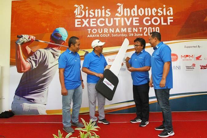 Direktur Produksi dan Pemberitaan Bisnis Indonesia Arif Budisusilo (kiri) bersama Deputi Direktur Pemasaran dan Penjualan PT Jurnalindo Aksara Grafika (Bisnis Indonesia Group) Asep Mh. Mulyana (kedua kanan), dan Manajer Perwakilan Bisnis Indonesia Jawa Timur Achmad Faisal Kurniawan (kanan) menyerahkan secara simbolis kunci Honda Beat kepada Rudi Simas, salah satu pemenang Grand Prize Bisnis Indonesia Executive Golf Tournament 2019, di Araya Golf, Malang, Jawa Timur, Sabtu (29/6/2019). Kegiatan tersebut digelar sebagai apresiasi dan pelayanan Bisnis Indonesia Group terhadap relasi dan pelanggan. Sebanyak 120 peserta dari member Araya Golf, eksekutif perbankan, pengusaha, Kepala Perwakilan Bank Indonesia, birokrat, dan pegolf asal Malang, Surabaya, Jakarta, Jawa Barat, dan Kalimantan mengikuti turnamen itu. Bisnis/Wahyu Darmawan