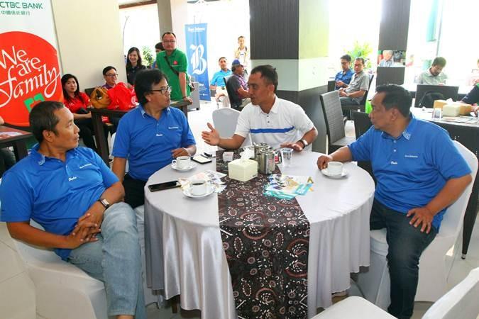 Direktur Produksi dan Pemberitaan Bisnis Indonesia Arif Budisusilo (kiri) bersama Deputi Direktur Pemasaran dan Penjualan PT Jurnalindo Aksara Grafika (Bisnis Indonesia Group) Asep Mh. Mulyana (kedua kiri), dan Manajer Perwakilan Bisnis Indonesia Jawa Timur Achmad Faisal Kurniawan (kanan) berbincang dengan Manajer Araya Golf Club Malang Mohammad Arwan, di sela-sela Bisnis Indonesia Executive Golf Tournament 2019, di Araya Golf, Malang, Jawa Timur, Sabtu (29/6/2019). Kegiatan tersebut digelar sebagai apresiasi dan pelayanan Bisnis Indonesia Group terhadap relasi dan pelanggan. Sebanyak 120 peserta dari member Araya Golf, eksekutif perbankan, pengusaha, Kepala Perwakilan Bank Indonesia, birokrat, dan pegolf asal Malang, Surabaya, Jakarta, Jawa Barat, dan Kalimantan mengikuti turnamen itu. Bisnis/Wahyu Darmawan