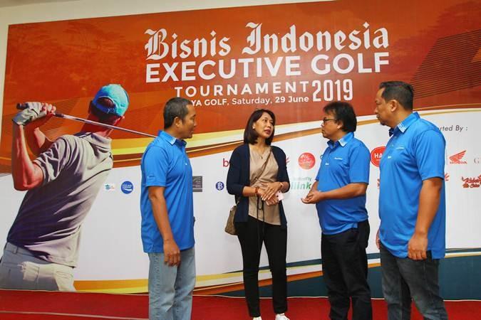 Direktur Produksi dan Pemberitaan Bisnis Indonesia Arif Budisusilo (kiri) bersama Deputi Direktur Pemasaran dan Penjualan PT Jurnalindo Aksara Grafika (Bisnis Indonesia Group) Asep Mh. Mulyana (kedua kanan), dan Manajer Perwakilan Bisnis Indonesia Jawa Timur Achmad Faisal Kurniawan (kanan) berbincang dengan GM Commercial Property Industrial Estate PT Krakatau Industrial Estate Cilegon Mila W Suryo, di sela-sela Bisnis Indonesia Executive Golf Tournament 2019, di Araya Golf, Malang, Jawa Timur, Sabtu (29/6/2019). Kegiatan tersebut digelar sebagai apresiasi dan pelayanan Bisnis Indonesia Group terhadap relasi dan pelanggan. Sebanyak 120 peserta dari member Araya Golf, eksekutif perbankan, pengusaha, Kepala Perwakilan Bank Indonesia, birokrat, dan pegolf asal Malang, Surabaya, Jakarta, Jawa Barat, dan Kalimantan mengikuti turnamen itu. Bisnis/Wahyu Darmawan