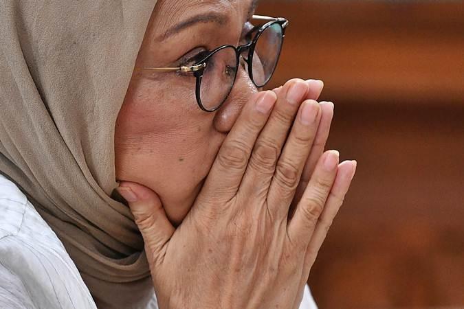 Terdakwa kasus dugaan penyebaran berita bohong atau hoaks Ratna Sarumpaet menjalani sidang putusan di Pengadilan Negeri Jakarta Selatan, Jakarta, Kamis (11/7/2019). Majelis Hakim menjatuhkan hukuman dua tahun penjara terhadap Ratna Sarumpaet. ANTARA FOTO/Sigid Kurniawan